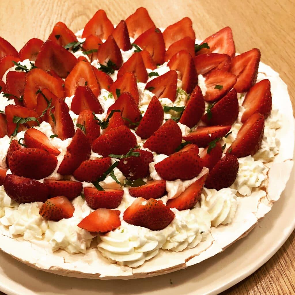 pavlova aux fraises du Perigord pour la table d'hotes des hauts de saint vincent